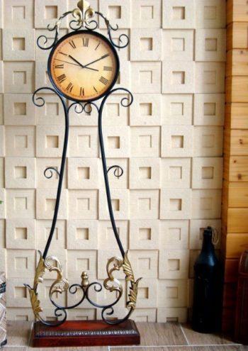 часы кованые в интерьере